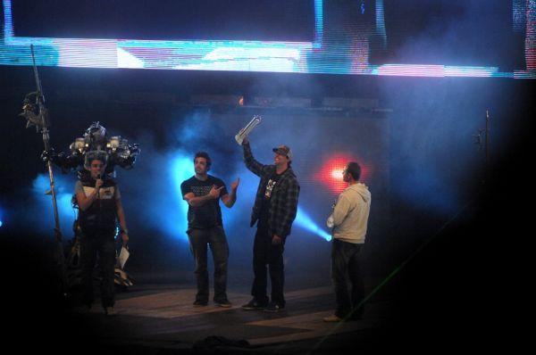 FMX Gladiator Games 2009, Praha: Travis Pastrana přebírá cenu pro nejlepšího jezdce desetiletí