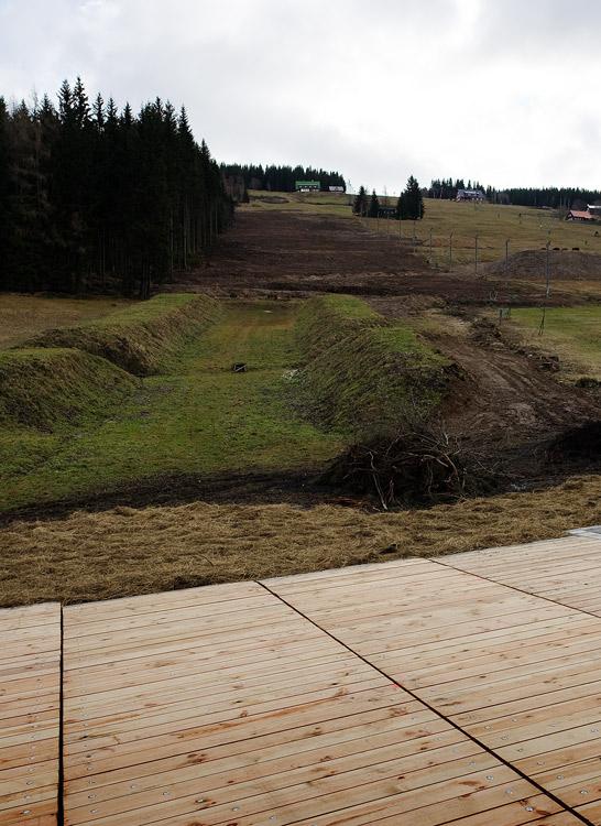 Pec pod Sněžkou 2009 - slavnostní otevření - tady na jaře vyroste nová fourcrossová trať