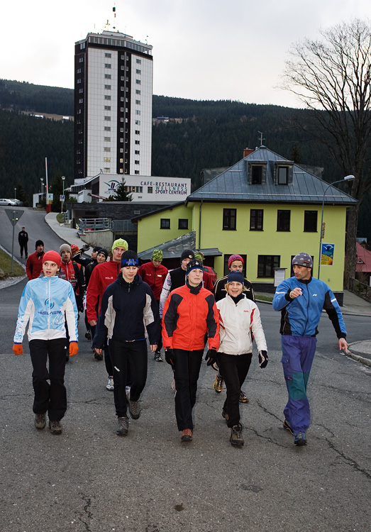Pec pod Sněžkou 2009 - slavnostní otevření - odpolední tréninková fáze: děvčata na výšlap, kluci na fotbal
