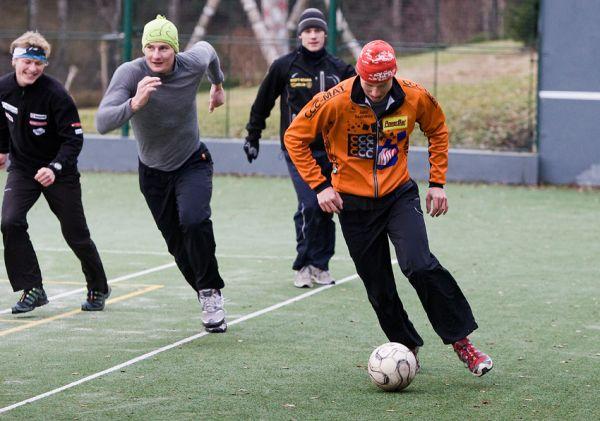 Pec pod Sněžkou 2009 - slavnostní otevření - Filip Eberl se snaží založit útok, míč se mu ale trochu plete...