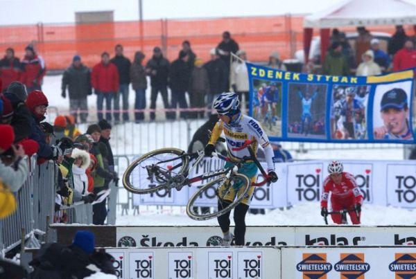 Mistrovství ČR v cyklokrosu 2010, Tábor: Zdeněk zjišťuje, že mu řetěz spadl za kazetu, vše opravil za běhu