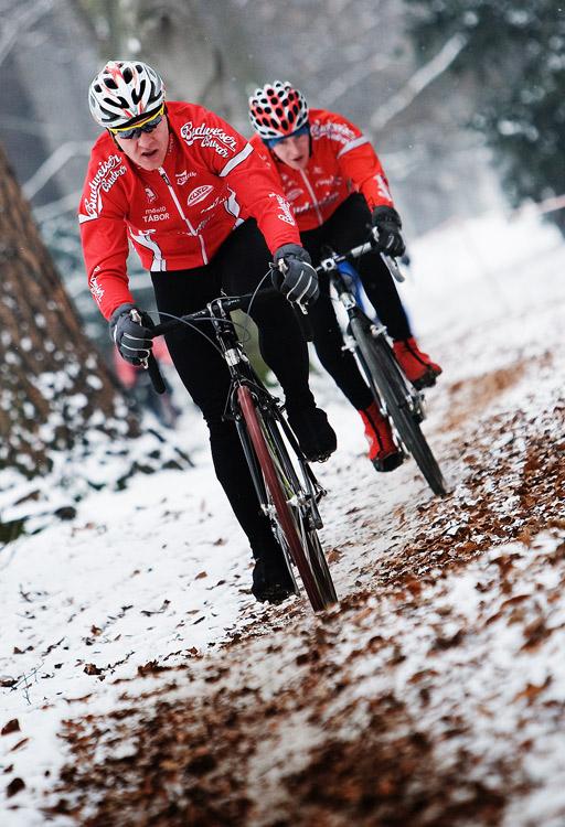 Vánoční cyklokros Praha-Stromovka 2009: David Kášek, za ním Standa Bambula