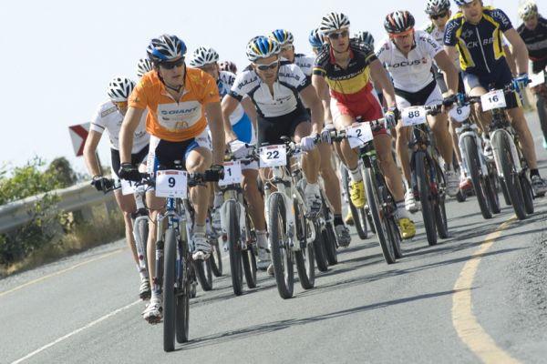 Sunshine Cup #3 2010 - Amathous, Kypr: Jan Škarnitzl si před nájezdem do terénu hlídal čelo závodu