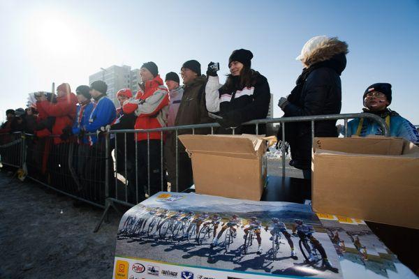 MS cyklokros Tábor 2010 - fanoušci, atmosféra...: před závodem při rozjíždění Zdeňka Štybara