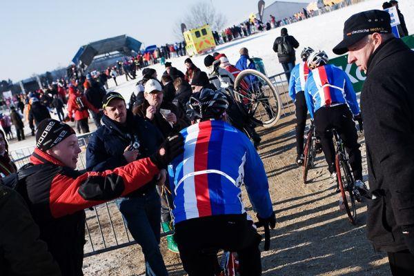 Mistrovství světa v cyklokrosu, Tábor 2010 - Elite: příjezd českých reprezentantů do areálu trati se neobešel bez poplácání od fanoušků