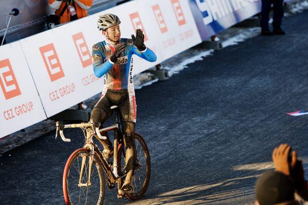Mistrovství světa v cyklokrosu, Tábor 2010 - Elite: Radomír Šimůnek dojel v elitní desítce a za cílem nezapomněl poděkovat za povzbuzování skvělým divákům