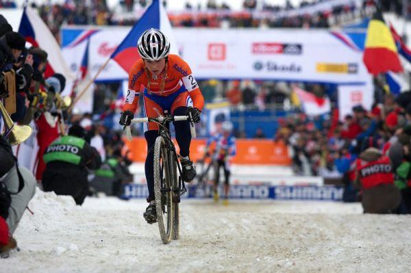 Mistrovství světa v cyklokrosu - Tábor 31.1. 2010 - závod žen - Daphny Van Den Brand a nedaleko za ní Kateřina Nash