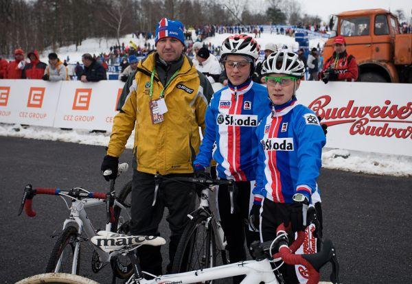 Mistrovstv� sv�ta v cyklokrosu, T�bor 2010 - �eny:  tren�r Miloslav Holl�si, Zuzka Pirzkallov� a Pavla Havl�kov� p�ed startem