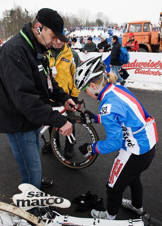 Mistrovství světa v cyklokrosu, Tábor 2010 - ženy: šéftrenér cyklokrosové reprezentace Petr Klouček rozdává čipy