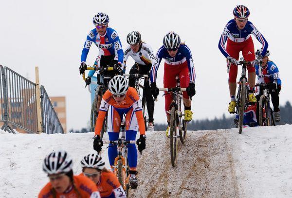 Mistrovství světa v cyklokrosu, Tábor 2010 - ženy: první metry v terénu po startu...