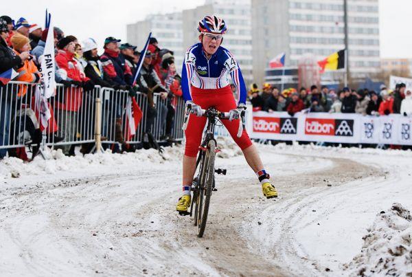 Mistrovství světa v cyklokrosu, Tábor 2010 - ženy: vysílená Caroline Mani (FRA) těsně před cílem na sedmé pozici