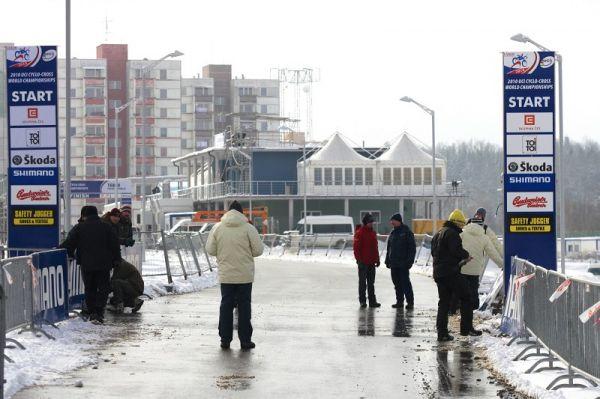 Cyklokrosové MS v Táboře 2010 - čtvrtek: UCI s pořadateli připevňuje bannery v prostoru startu