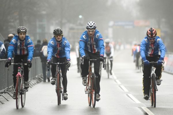 SP cyklokrosařů Hoogerheide 2010 - junioři & U23: rozjíždějící se junioři