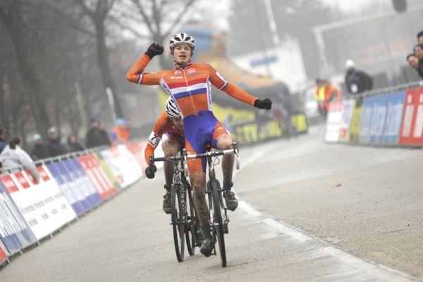 SP cyklokrosa�� Hoogerheide 2010 - junio�i & U23: David Van Der Poel v�t�z�