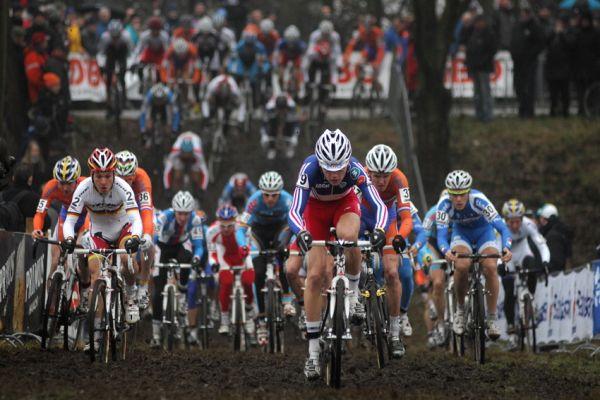 SP cyklokrosa�� Hoogerheide 2010 - junio�i & U23: start u 23 a Jouffroy na �ele