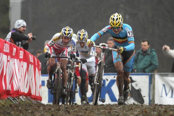 SP cyklokrosa�� Hoogerheide 2010 - junio�i & U23: vedouc� skupinka