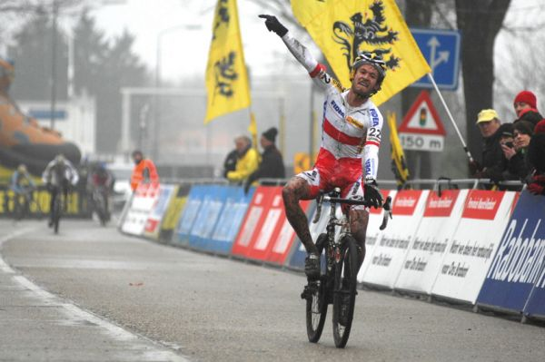 SP cyklokrosa�� Hoogerheide 2010 - junio�i & U23: Pol�k Kacper Szczepaniak v�t�z�