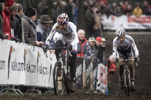 Světový pohár v cyklokrosu #9, Hoogerheide 2010: Zdeněk Štybar a Niels Albert v nájezdu do posledního kola