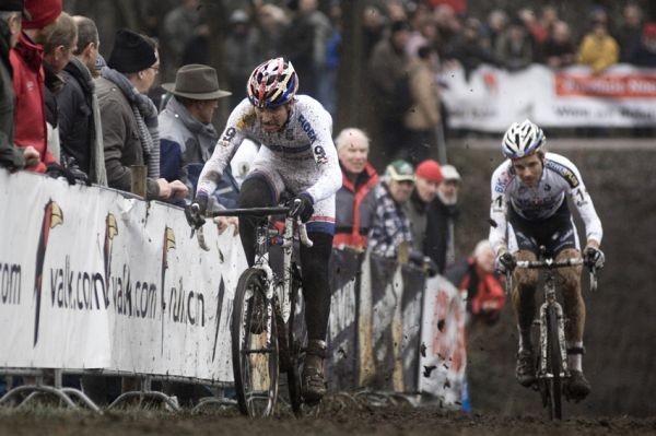 Sv�tov� poh�r v cyklokrosu #9, Hoogerheide 2010: Zden�k �tybar a Niels Albert v n�jezdu do posledn�ho kola