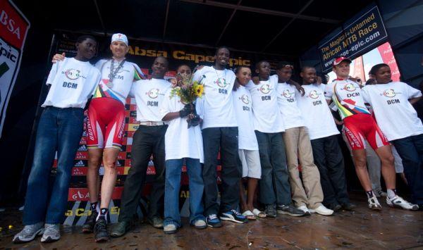 ABSA Cape Epic 2010 - 8. etapa: Christoph Sauser, Burry Stander a jejich nadace Songo.info