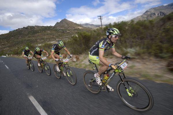 ABSA Cape Epic 2010 - 1.etapa: poskádaný tým Multivan Merida dotahuje čelo závodu