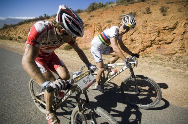 ABSA Cape Epic 2010 - 2. etapa: útok Floriana Vogela a Nino Schurtera