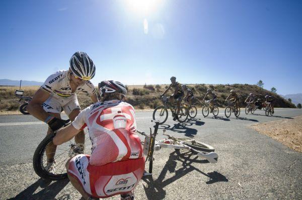 ABSA Cape Epic 2010 - 2. etapa: ... zmařil defekt 10km před cílem