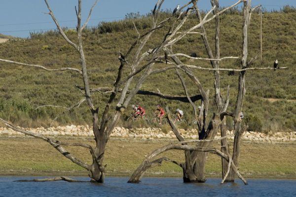 ABSA Cape Epic 2010 - 3.etapa: vedoucí skupina pod dohledem