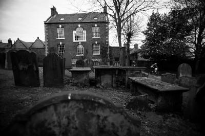 projíždělo se hřbitovem