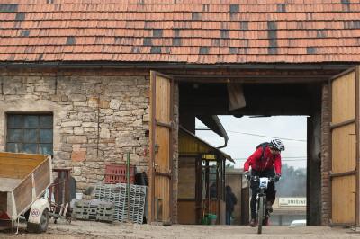 průjezd jednou ze stodol