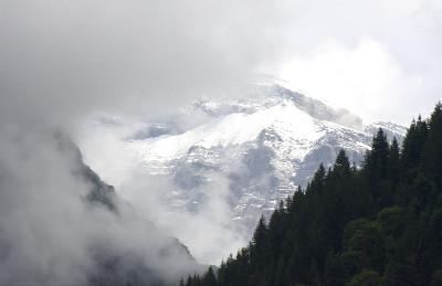Občas se mezi mraky objevily i zasněžené hory