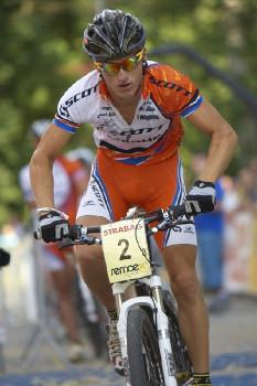 Tomáš Paprstka sprintuje do závěrečného okruhu