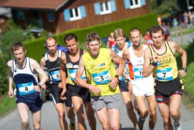 vedoucí skupina běžců s českým zastoupením (č. 4,5,6)