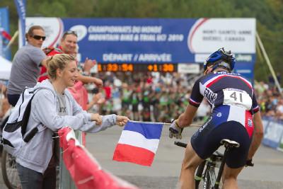 Pauline Prevot podává vlajku druhému Trarieuxovi