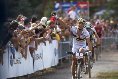 Nino Schurter se raduje z celkového vítězství