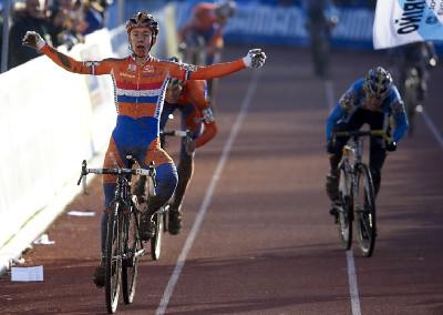 Lars van der Haar vítězí, vpravo sprintuje Karel Hník
