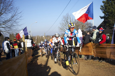 Kateřina Nash vede peloton cyklokrosařek