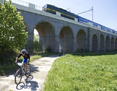 Bikeři jeli podél viaduktu Jezernice