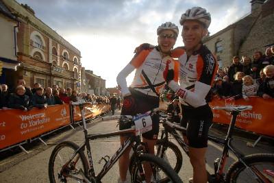 - Paul Van Der Ploeg s týmovým kolegou a stříbrným Thomasem Litscherem