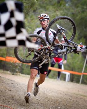 3.etapa: Thomas Litscher dobíhá po pádu do cíle