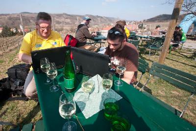 Polední pauza - němečtí kolegové pracují, já piji