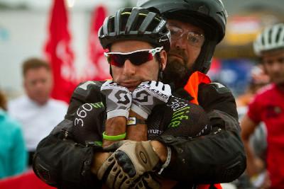 2.etapa - Kevin Evans v rukou svého otce