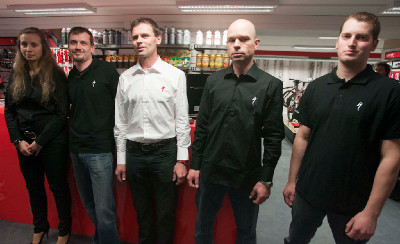 Ján Svorada, napravo stojí Jan Shön nový vedoucí prodejny