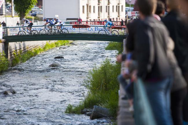 Bikeři museli dvakrát překonat řeku v La Bresse