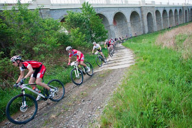 Závodníci u nádherného viaduktu