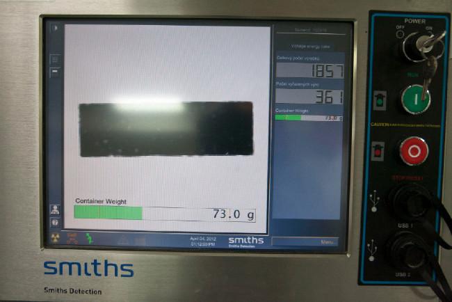 Každá tyčinka projde váhou a skenerem. Vyřazují se ty s podváhou, nadváhou a ty s nepatřičnými předměty v sobě