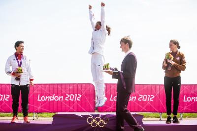 vítězný skok na olympijské podium