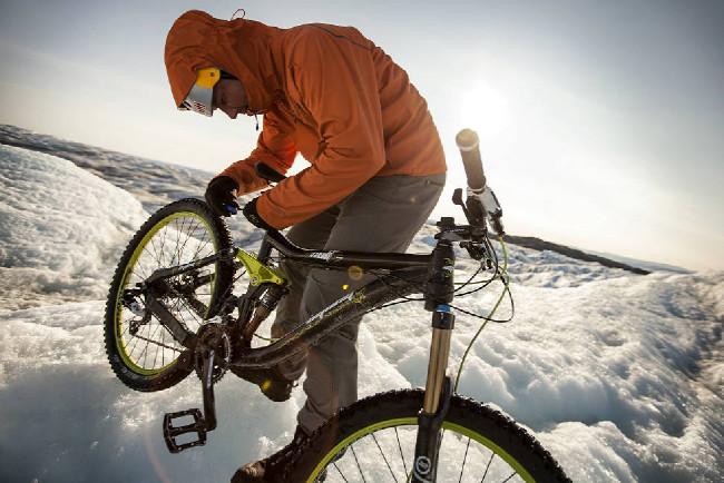 Petr Kraus v Grónsku upravuje posed nasvém AGangu