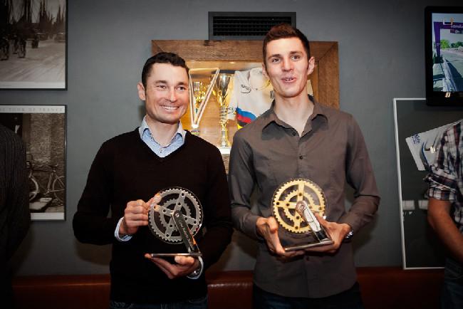 Jiří Ježek a Jaroslav Kulhavý s cenou Roberta Bakaláře za přínos a propagaci české cyklistiky 2012