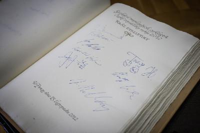 pamětní kniha Prahy s podpisy cyklistů